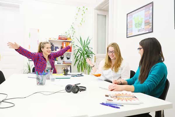 Készségfejlesztő céges nyelvóráinkat közép-haladó szinttől ajánljuk. Az órákon üzleti levelezés, tárgyalástechnika, prezentációs technikák fejlesztésére koncentrálunk.
